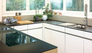 farbig lackierte Gläser als Küchenabdeckung und Küchenrückwand