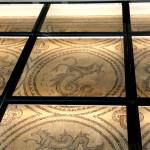 begehbarer Glasboden über Mosaik