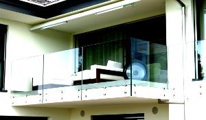 Glasgeländer stirnseitig an Fassade montiert