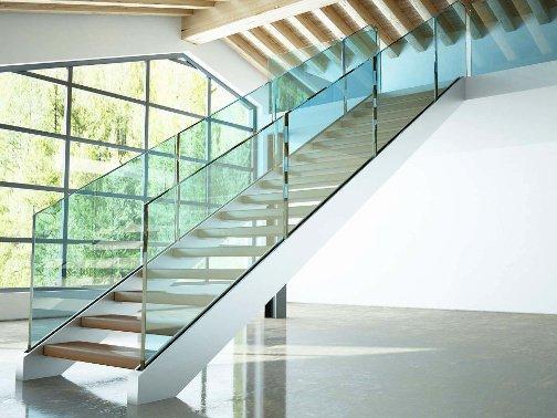 stirnseitige Verglasung des Treppenaufgangs