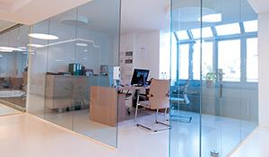 Ganzglasanlage und Glastrennwand im Büro